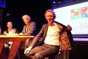 Coördinator SDGs BuZa - Hugo von Meijenfeldt met een SDG colbert - november 2018 Bergen op Zoom