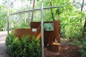 1ste Stiltemonument in een bosrijke omgeving